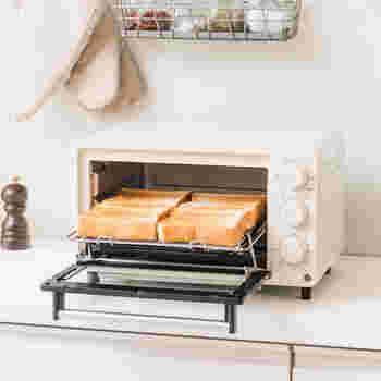 すぐれた熱風循環調理で、カラ!サクッ!としたトーストや揚げ物レシピや、ドライフルーツやビーフジャーキーを作れる「コンベクションオーブン」。  複数の調理機能を併せ持ち、しかも、自在にヒーターを使い分ければ、自分だけのオリジナル調理を生み出すことも・・・。単機能のオーブンと比べれば、だいぶお得でコスパのよい製品になりえます。  ぜひお気に入りをおうちにお迎えしてみてくださいね。