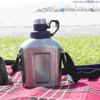 レトロなデザインがかっこいい、STANLEY(スタンレー)のステンレス製水筒です。コンパクトなサイズですが、ショルダーストラップがついているので、水筒をバッグから出して肩から下げることもできます。