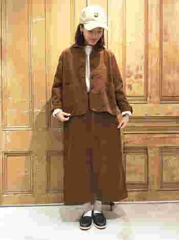 大人っぽいブラウンカラーのジャケットとロングスカートのセットアップです。冬にはもってこいの温かなコーデュロイ素材。大きめのジャケットは重ね着も余裕です。 ロングスカートはシルエットがすっきりとしているので、ジャケットが大きめでもバランスが取りやすく、さらにスタイルアップ効果も期待できますね。上品なセットアップに、キャップ帽で上手に外しを効かした技アリコーデです。