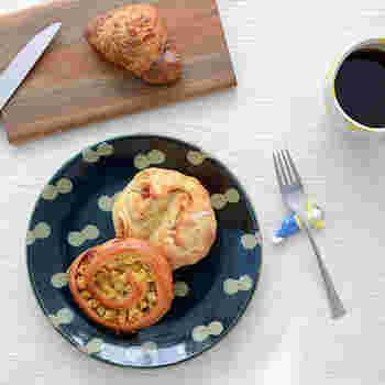 数名の作家さんによるほっこり可愛らしい絵皿たちをご紹介しました。普段の食事にはもちろん、おやつやフルーツなど何をのせても絵になりますね。肩肘張らずにテーブルコーディネートを楽しめる絵皿を取り入れて、毎日の食卓に遊び心をプラスしましょう。