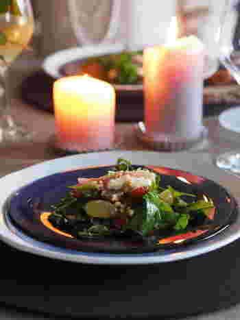 ルッコラ、クレソンにぶどうをアレンジしたお洒落なサラダです。モッツアレラチーズ、生ハム、くるみをトッピングしてワインにもよく合う大人のサラダになりました。セレクトした素材がとても素敵です。