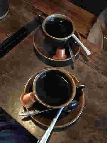 やや店内は暗めで、薄い光が差し込む程度。深煎りコーヒーとほっと一息つくと、心から癒されるひと時を過ごせます。