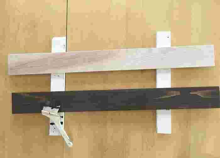 棚になる板の表面は、紙やすりで整えてから好きな色のステインを塗りましょう。