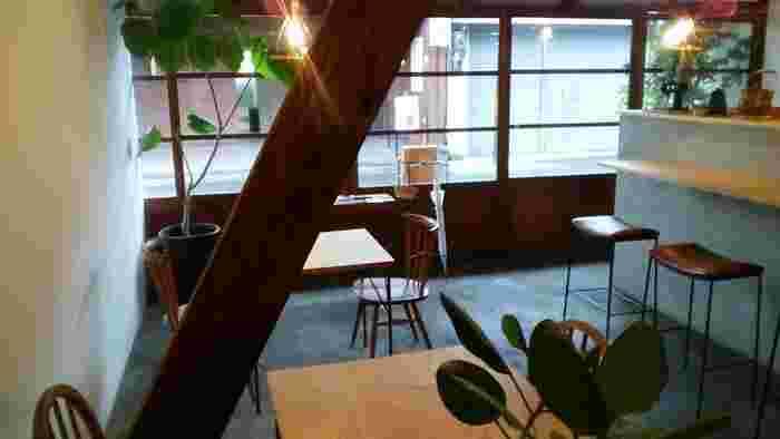 温もりのあるランプや生き生きとしたグリーンのセンスも抜群。通りを眺めながら、ゆっくり過ごしたくなるカフェです。