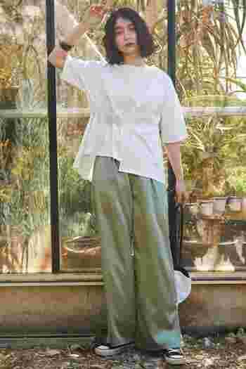 コットン100%のシンプルなTシャツは着回し力の高さがポイント。袖まわりがゆったりとしたデザインなら、脇の汗ジミも起こりにくいです。サテンパンツと合わせれば、洗練されたリラックススタイルに。