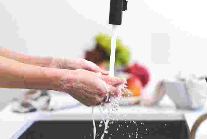 手を洗う以外にも、食器洗いや洗濯、掃除などで毎日水を使うため、他の部位に比べ手はとても乾燥しやすい場所です。まずは、水を扱うときに注意したいポイントをご紹介していきます。