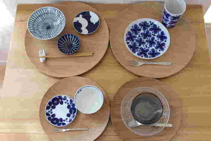 丸いトレイは大小2種類。大きい方にはお茶漬けなどの軽い食事やケーキセット、小さい方には和菓子セットやデザートなどを乗せることが多いのだそう。食器の組み合わせ方も参考になりますね。