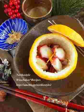 酢だこも、こんなふうに柚子釜にしてみると、とても素敵なお料理になりますね。柚子果汁をまとわせた酢だこは、まろやかで優しい味わいです。