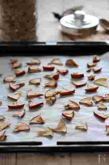 5mm厚のいちょう切りにしたりんごをオーブンシートを敷いた天板に並べて、100~110℃のオーブンで約1時間焼くだけ。グラノーラに混ぜてもいいかもしれませんね!