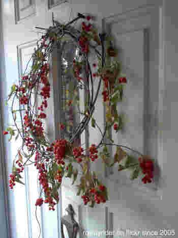 長く飾れる楽しみも。「木の実のリース」でつくる秋らしいインテリア