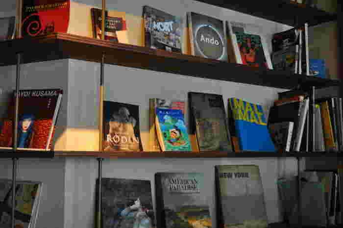 壁には貴重な古い雑誌や建築・デザイン関係の本を中心に大きめサイズの本が多数置かれています。広々としたテーブルで、気になる本を広げて読んでみましょう。