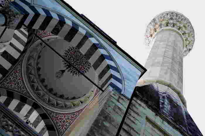礼拝堂の玄関前には半ドームのあるアーチが連なっています。柱はグレーの縞模様が入った大理石。