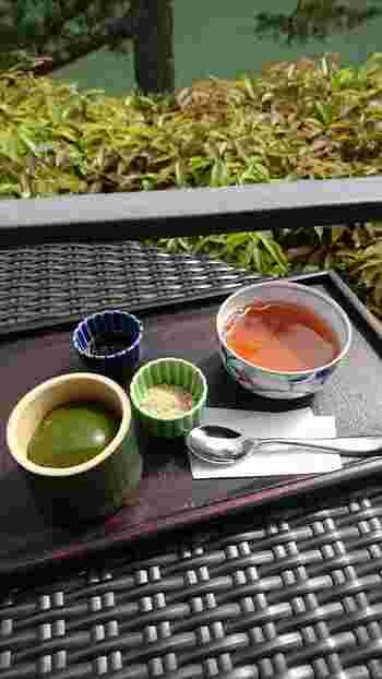 こちらでおすすめなのが「翡翠もち」。一保堂茶舗の抹茶と上質な葛が使われていて、少し揺らすだけでプルンプルンなのが分かるほど。黒蜜やきな粉をかけて頂くこともできるので、一つでいろいろな味を楽しむことができるのも嬉しいですね。