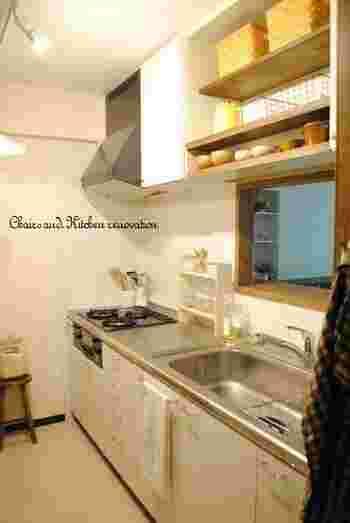 上の棚も扉を外して棚板などをリメイクすれば、かわいいカフェ風キッチンに変身!  自分でDIYすれば、コストも抑えられて、好きなイメージに変えられるのがいいですね♪