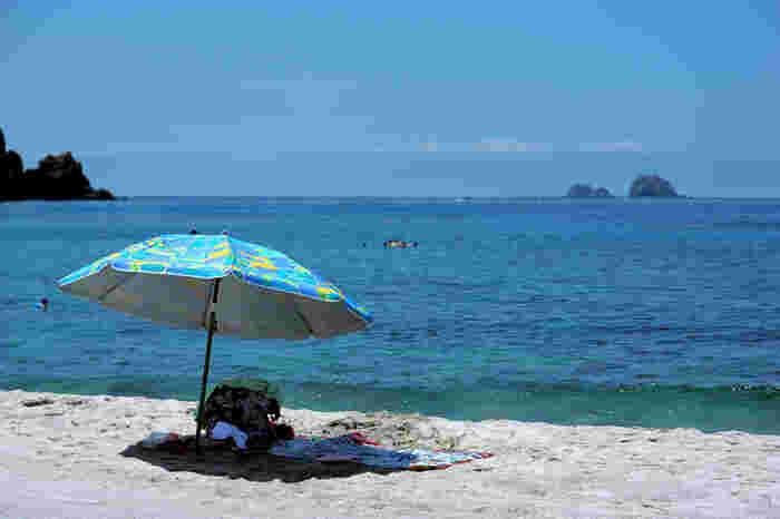 船を利用して神津島を訪れる際の玄関口となるのが神津島港。そこからほど近い場所にあるのが「前浜海岸」です。白浜が続いている美しい海岸で、のんびりと過ごすことができます。また、透明度が高いキレイな海での海水浴を楽しめる場所です。
