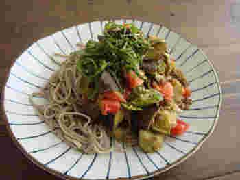 つるつるっと食べられるお蕎麦に夏野菜をたっぷりのせて。一皿で栄養バランスもばっちり◎
