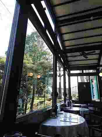 喫茶スペースは、昔の厨房部分だった場所。大きな窓からは、木々の緑を眺められます。モダンな建物は、落ち着いたまさに大人のための空間です。