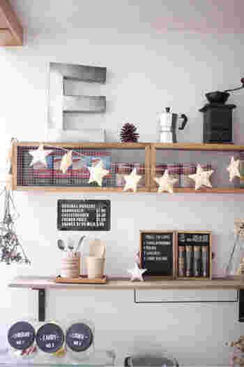 いつものインテリアに星のオブジェや連なる星のガーランドを飾るだけで、シンプルでおしゃれな空間を演出できます。