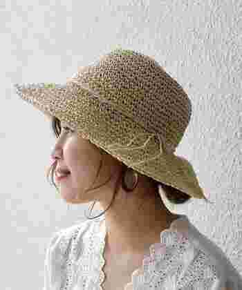 夏の定番アイテムのペーパー細編みハットです。ナチュラルな質感がかぶる人を涼しげに見せてくれます。ベージュは優しげで女性らしい印象。