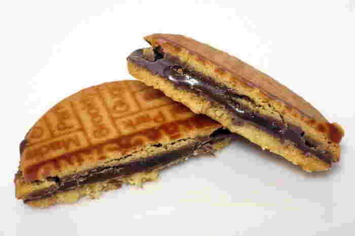 日持ち重視であれば、東京土産の新定番<N.Y.C.SAND(ニューヨークシティーサンド)>のN.Y.キャラメルサンドはいかがでしょうか。日本の常設店は大丸東京店のみ。看板商品のN.Y.キャラメルサンドを求め、いつも多くの人が行列を作っています。バターが香るクッキーと、口どけのよいチョコレート、トロトロ食感のキャラメルは、一度食べるとやみつきになりますよ!