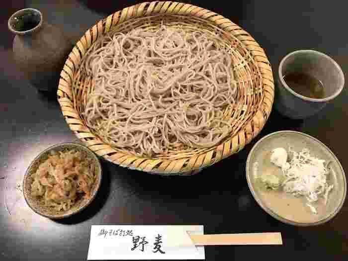 お蕎麦は標高800m以上の長野県辰野町小野地区の地粉のみを使った九割そばが特徴です。石臼で引いて、手打ちで丁寧に作られています。9割蕎麦の力強い風味を楽しめる。