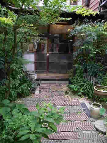 西荻窪にある古民家を再生したカフェ、生活雑貨が堪能できる人気店「りげんどう」。  島根県は石見銀山の職人によって、建物の修復が行われたという古民家カフェです。