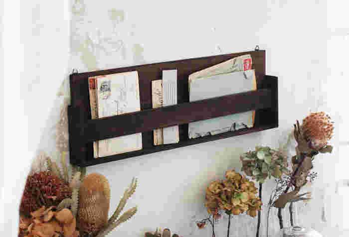 なくしたくない大事な書類やレターなども、壁面収納が適していますよ。デスクまわりにあると便利なレターラックも、100均の木材で簡単DIY。机や椅子の色味に合わせてペイントすると、統一感や高級感が演出できます。