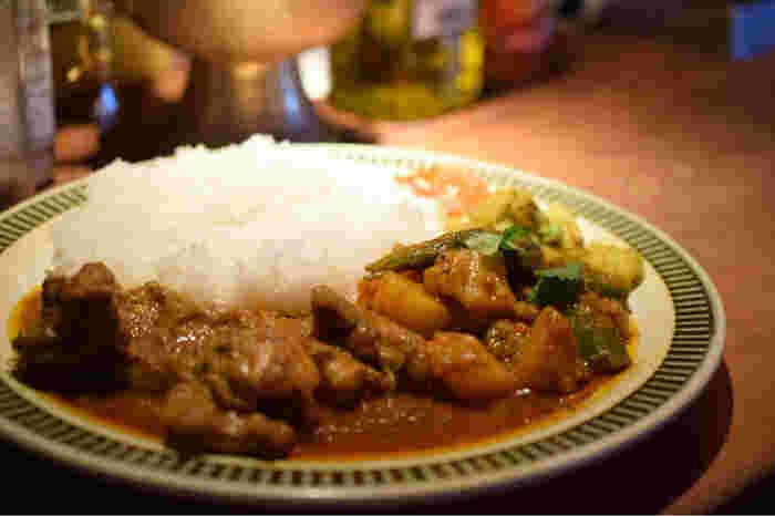ネパールの家庭料理「ダルバート」は、スパイスの風味をきちんと味わえつつも、辛さ控えめで優しい味わい。混ぜながら食べるのがオススメです*