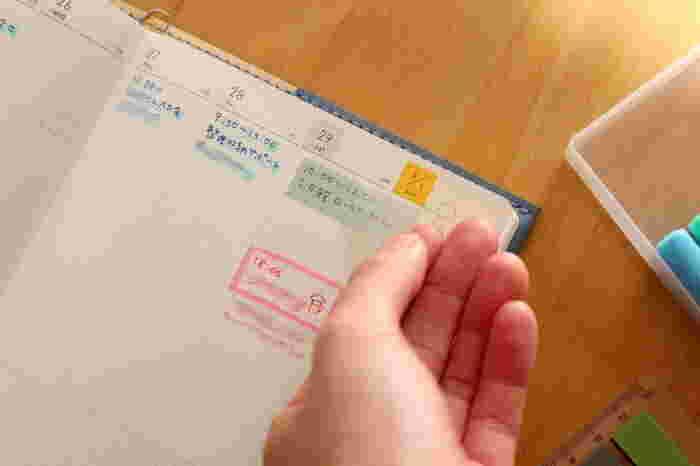 まだ決定してはいない仮予定などは、ダイソーの「付箋」に。仮予定を付箋に書いて手帳に貼っておいて、もし予定が変わったら移動させるという風に使っているそう。付箋も色分けしているので、カラーで瞬間的にわかりやすい手帳になっています。