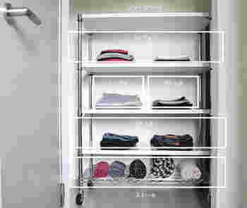 こちらはお子さんの洋服を収納するスペース。キャスター付きのスチールラックを置いて、見た目もスッキリ綺麗に整理・整頓されています。それぞれの段ごとにアイテムを分けておくと、一目でわかりやすく、いつでもサッと取り出せますよね。使用頻度の高い洋服や雑貨の収納はもちろん、ハンガーに掛けるスペースがない時にもぜひ取り入れたい収納術です。