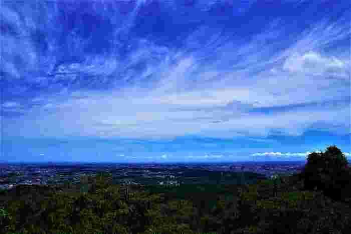 山頂の展望台からは、八王子市街地だけでなく、関東平野をも見渡すことができます。抜けるような青空、空に浮かぶ白い雲、眼下に広がる森の緑、遠くに見える市街地が融和した景色は絶景そのものです。