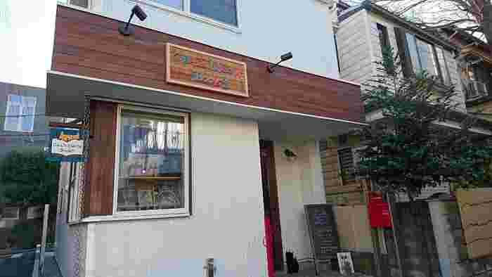 """東急田園都市線三軒茶屋駅から徒歩8分のところにある「CAT'S MEOW BOOKS」。コンセプトは""""ネコと本屋が助け合う関係の構築""""という、ネコの本専門の書店です。"""