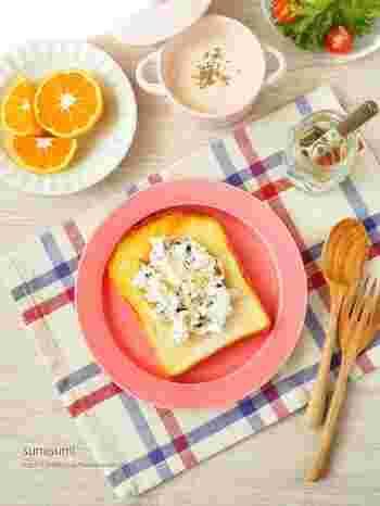 クリーミーなクリームチーズとくるみの香ばしさ&食感が美味しいトースト。お好みでハチミツをたっぷりとかけて召し上がれ!