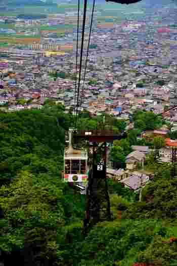 八藩山山頂と山麓を結ぶ八幡山ロープウエィからは、四季折々で美しい自然を見せてくれる八幡山を一望することができます。