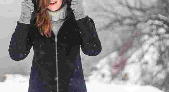 冬になり、日に日に寒さが増していきますね。寒さ対策は、「3つの首」(首・手首・足首)を温めることから。マフラー、手袋やアームウォーマー、ソックスなど3つの首を温めてくれる寒さ対策アイテムをご紹介します。