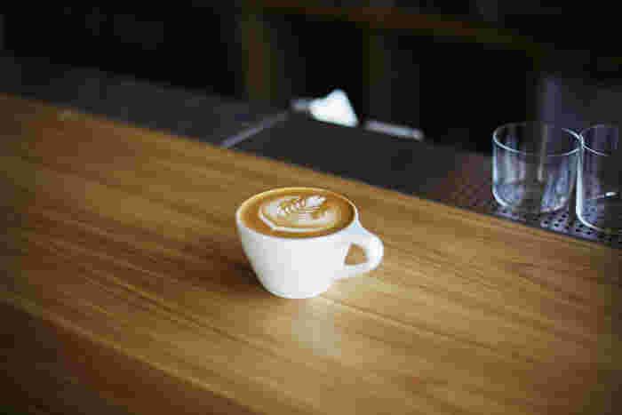 昼間のカフェタイムではこだわりのコーヒーを求めて多くのお客さんが訪れます。サンドイッチなどのフードメニューも充実しているので、ランチにもおすすめです。
