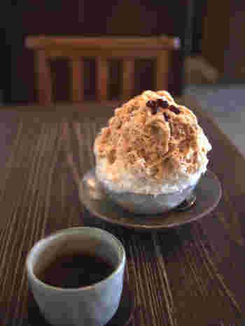 夏季限定でかき氷も人気です。 こちらの「ほうじ茶ミルク」は、甘さ控えめのほうじ茶ミルクティをシロップにしています。温かい黒豆茶も一緒にサービスされるのは嬉しい心配りですね。 他にも「白いんげんミルク」「黒糖麦こがし」といった、珍しい味のかき氷があるのです。
