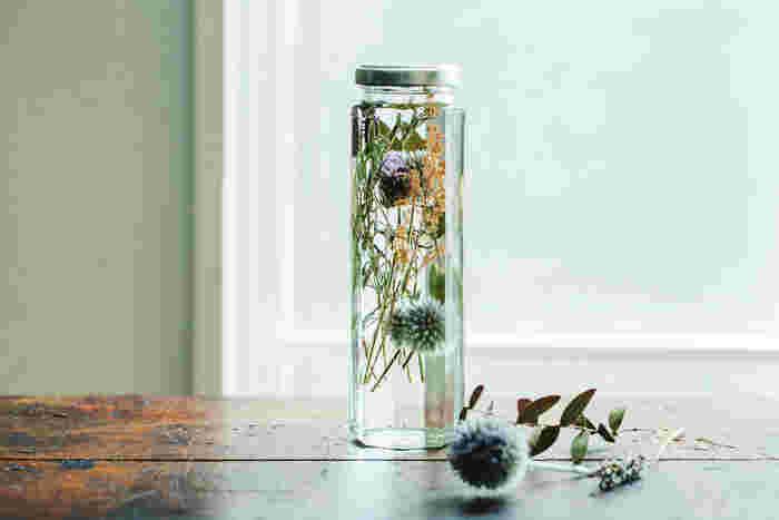 (草花風レシピ:瑠璃玉アザミ/ラベンダー/アスチルベ/ユーカリ)  まるでポンポンのような、まんまるフォルムの瑠璃玉アザミを主役に、ユーカリとラベンダー、そしてアスチルベの褪せたピンクを差し色にしたレシピは、透明感溢れる仕上がりになります。アスチルベの量を増やすことで、華やかさを調節できます。