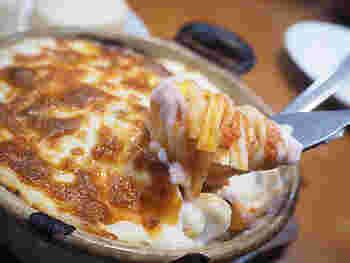 トマトソースのフェットチーネに海老や帆立、お野菜をのせて、ベシャメルソースとチーズがたっぷりかかった「パスタグラタン」。やさしい味わいのソースと酸味の効いたトマトソースのバランスが絶妙です。