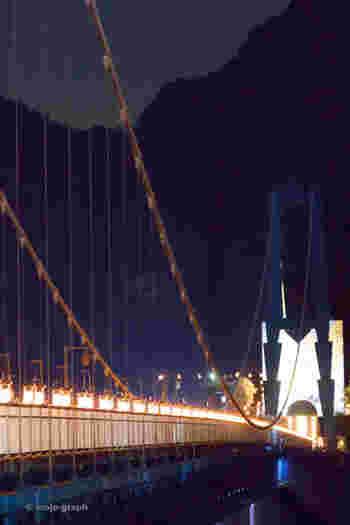 毎年8月上旬から中旬に開催される「竜神峡灯ろうまつり」は、子ども達の絵が描かれた約500基の灯ろうと、100本の竹灯りが幻想的に彩ります。橋の両側には、日本各地の風鈴の音と野鳥の声のハーモニーが響き、大自然の息吹を感じることができます。