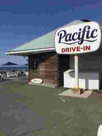 ハワイアンランチプレートをコンセプトにしたドライブインカフェ「パシフィックドライブイン(Pacific DRIVE-IN)」。場所は、江ノ電・七里ヶ浜駅から徒歩約3分。134号線沿いの海側に面した、駐車場370台を備える七里ヶ浜海岸駐車場内にあります。なんとテラスからは美しいオーシャンビューだけでなく、お天気のいい日には富士山も見ることが出来るんです。