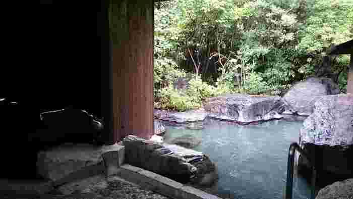 立ち寄り湯でも、どこか懐かしさを感じる素朴な佇まいの露天風呂。肩まで浸って由布岳を眺めながら贅沢な一時をお楽しみください。