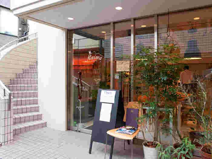 イタリアで5年修行を積んだ経験を持つオーナーが友人の料理人とソムリエ達で立ち上げたという「Trattoria Anima Tokyo」。 代々木公園駅・代々木八幡駅から徒歩1分の好立地で、ランチタイムからディナータイムにかけて、美味しいお酒とイタリアンをメインとした料理を楽しむことできます。
