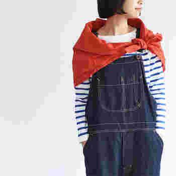 """小物でアクセントをつけたり、洋服のワンポイントにプラスしたり…。""""彩りカラー""""はコーディネートを引き締めるように少しだけ足してあげることが大切。バランスよく着こなすことができますよ。"""