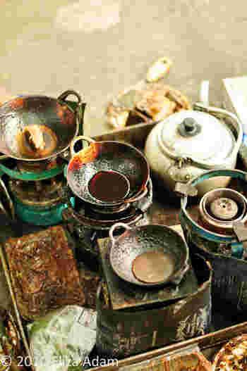 こちらは蝋鍋。蝋を入れて溶かす時に使う道具です。ちなみに、透明な蝋を使うとどこに蝋をのせたか分からなくなってしまうため、あえて色をつけた蝋を使っているそうです。
