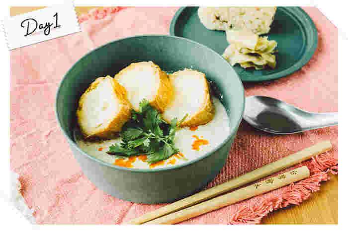 台湾の朝食の定番メニューとして人気な「鹹豆漿(シェンドウジャン)」。塩味のある豆乳スープで、温かくやさしい味わいが特徴です。最近では、豆漿専門店が日本にオープンするなど台湾グルメの中でも話題の1品。今回は、そんな鹹豆漿を簡単に再現できるレシピを作ってみました。少し酸味のきいたスープに仙台麩を浸せば、まるで台湾の屋台で食べるような本格的な味わいに。肌寒い日にぴったりですよ◎