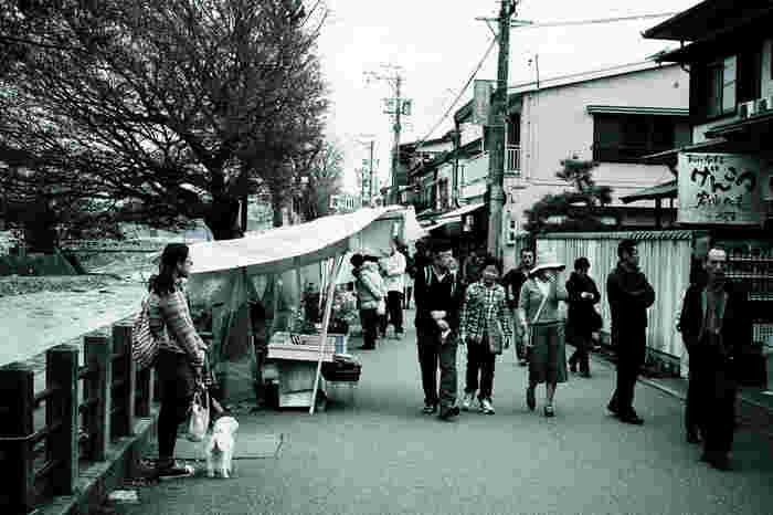 宮川沿いにほぼ毎朝開催されている宮川朝市は、日本三大朝市(輪島朝市、勝浦朝市、宮川朝市)の一つに数えられており、飛騨高山を代表する観光名所となっています。