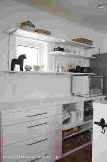 特に気に入っているものは、見せる収納にすることも空間の有効活用に◎ インテリアとして活かすことで、キッチンが素敵な空間になり、一石二鳥です。 アクセントになる雑貨と並べることで、カフェのような雰囲気を楽しめます。