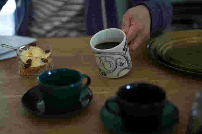 このマグにたっぷりの紅茶を入れて、読書や撮り貯めたドラマなんかを一気観なんて、贅沢な休日も良いですね。 ブラックもシックでおすすめ。旦那さんや彼氏さんと、パープルとブラックのパラティッシの組み合わせで、なんておしゃれです。
