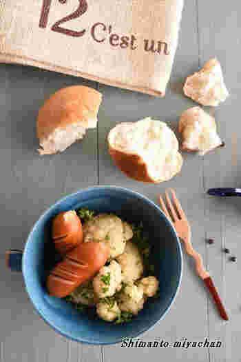 コンソメスープでカリフラワーとウインナーを煮込むシンプルな料理。ウインナーのうまみがカリフラワーにしみ込んでいいお味。ホールのブラックペッパーを使ってパンチをきかせています。